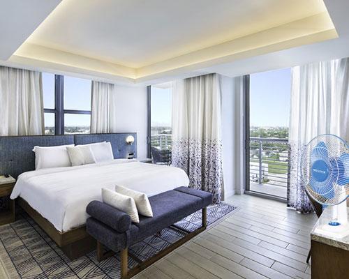 corner-suite-guestroom_orig01